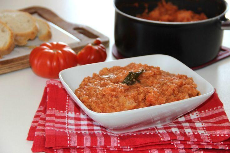 La pappa al pomodoro è un primo piatto di origine toscana ed è una zuppa a base di pomodoro e pane raffermo che può essere gustata tutto l'anno ma, d'estate, si serve fredda.