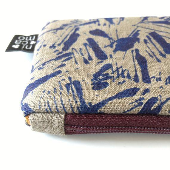 Etui Dessinontwerp: nicamo   Uitvoering Materiaal: linnen met zeefdruk, tussenvoering quiltkatoen Binnenkant: warm oranje linnen stof Rits: opti aubergine Maat: 21 x 8 cm   Zachte etui met quiltvoering