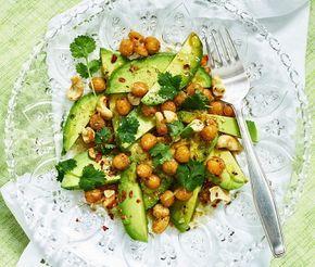 Heta kikärter möter krämig avokado i en vegetarisk sallad med sting. En dressing med japansk soja och lime ger avokadosalladen en asiatisk ton som förstärks med lite koriander. En spännande sallad för buffén eller som tillbehör till t ex kyckling.