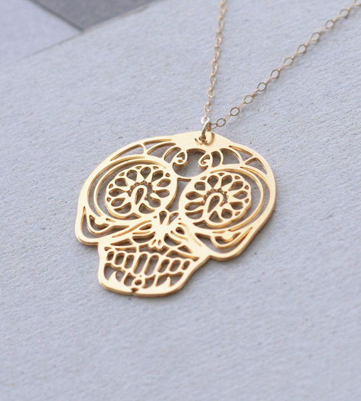 """Mexican Skull halskæde – Guld  Symbolsk og detaljeret guldvedhæng inspireret af de mexicansk """"Day of the Dead"""" dødningehoveder - supersmart og samtidig en hilsen til de savnede. Materialet er messing belagt med 24K guld. Den fine kæde er forgyldt."""