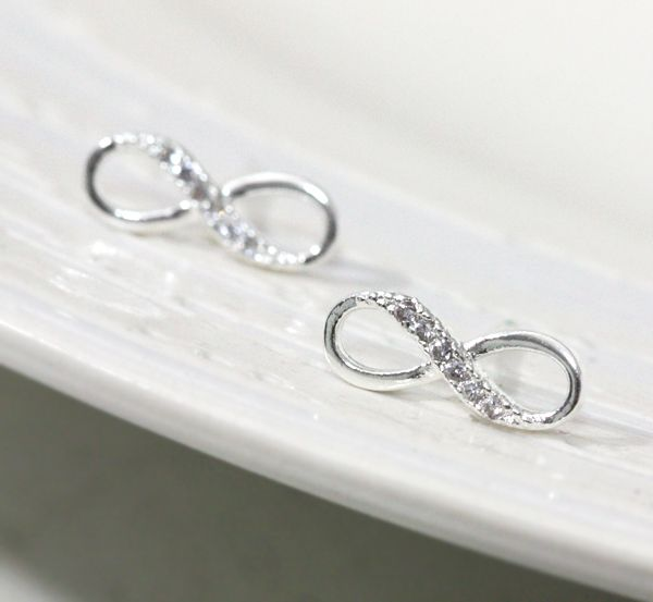 Infinity earring in silver. Awe that would be awesome on your wedding day.