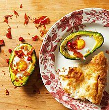 Η βουτυρένια φυσική αγκαλιά του αβοκάντο σε ρόλο σκεύους φούρνου. Ο καλύτερος τρόπος για να απολαύσετε αυγά και λαχανικά μαζί