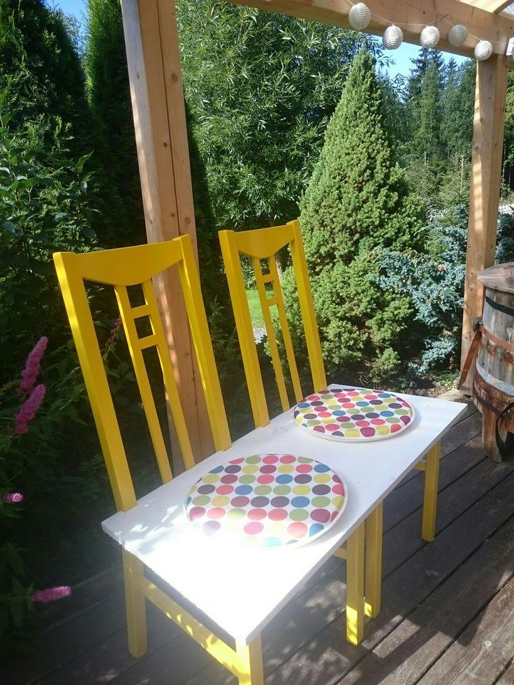 Reprodusert av to stoler. En gul og fin kosebenk