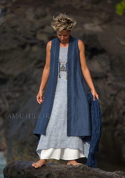 Azul largo chaleco de la ropa de verano y los pantalones llamaradas blancas