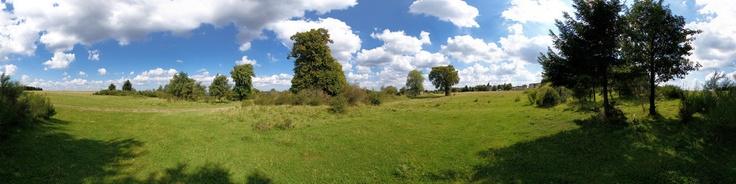 Dieses Panorama zeigt das ehemalige Dorf Wollseifen in der Nähe des Eifelsteigs auf einem ehemaligen Militärgelände mit Namen Vogelsang im Nationalpark Eifel.