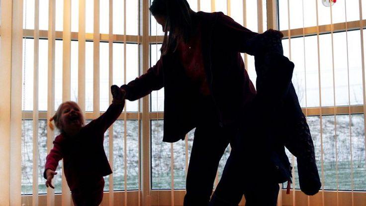 Over halvdelen af alle forældre skælder ud hver uge, men skældud er lige så skadeligt for børn som lussinger, siger forskere.Det skriver Politiken lørdag. Derfor burde langt flere forældre lære at tælle til 10, før de begynder at skælde ud på deres børn, mener en række eksperter i børneopdragelse på baggrund af en ny undersøgelse