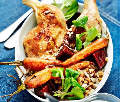 Fantastiskt god kycklingrätt med matiga och fräscha ingredienser! Kycklingklubborna kryddas och steks i ugn vilket gör dem härligt saftiga. Servera tillsammans med rostade morötter, rödbetor, kokt matvete, grönskande mâchesallad, solroskärnor och smaskig pepparrotsyoghurt.