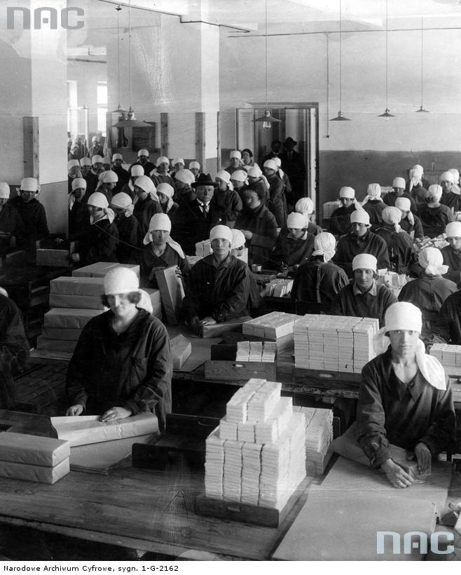 Fabryka Wyrobów Tytoniowych Polskiego Monopolu Tytoniowego w Warszawie. Fabryka Wyrobów Tytoniowych Polskiego Monopolu Tytoniowego w Warszawie - sala pakowania papierosów.