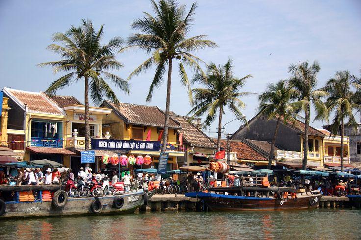 Hoi An er en hyggelig og charmerende by i det centrale Vietnam, med omkring 125.000 indbyggere. Byen rummer mange historiske gader med mange gamle og velbevarede huse, hvoraf flere er omdannet til museer. Det er bestemt også en hyggelig by, når solen er gået ned, da den oplyses af mange forskellige silkelamper i mange farver.