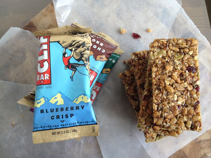 homemade cliff bars! save money AND enjoy chowing on energy-packed bars filled with natural ingredients. #granolabars #proteinbars
