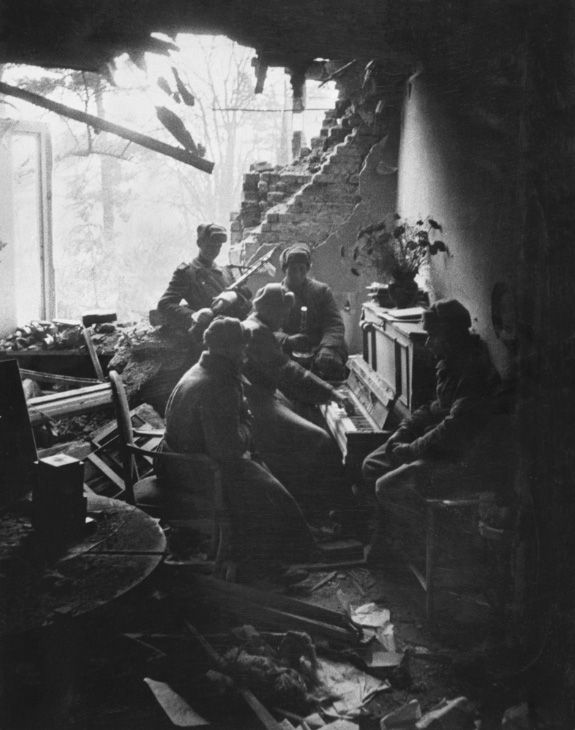 Ян - Это наша Родина. Редкие исторические фото.Игра на пианино, 1945 год
