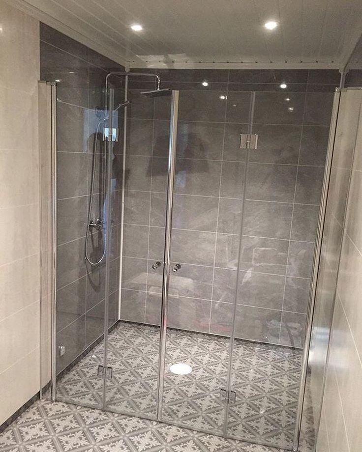 Dusj med god plass?🚿 -Ja takk! 😃👍🏻 Dusjveggene er leddet og kan foldes inntil veggen på hver side, da tar de nesten ikke plass og det blir det full åpning👌🏻😊 #blåhøvvs #vikingbad #bad #baderom #dusj #baderomsinspirasjon #bathroom #bathroominspo #rørlegger @vikingbad.no : @blahovvs