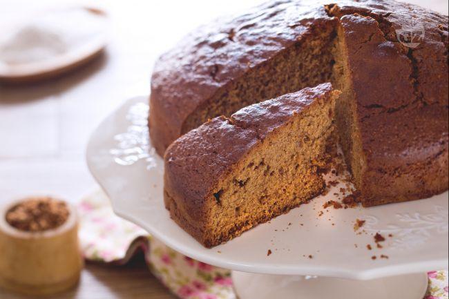 La torta con farina integrale è un dolce semplice e  gustoso grazie all'utilizzo di prodotti meno raffinati, ottimo da gustare da solo o farcito!
