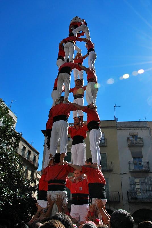 """Los castillos humanos o """"castells"""" consisten en la construcción de torres humanas de entre seis y diez pisos de altura. Es una tradición que se originó en Valls, en la provincia de Tarragona (España) y que desde el 16 de noviembre de 2010 forma parte del Patrimonio Cultural Inmaterial de la UNESCO."""