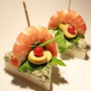 pan de molde cortado en triángulo, paté de salmón, langostino, aceitunas y perejil.⭐⭐