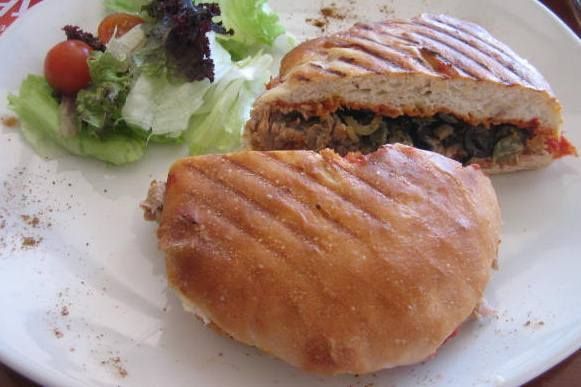 De Marokkaanse keuken kent veel broodgerechten. Dit gerecht heet ftira, en je kunt het als bijgerecht eten of gewoon als snack bij de thee. Het is brood maar dan bereid in een speciale koekenpan. De koekenpan is gemaakt van gietijzer en wordt voor...