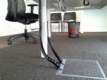 De vloerdozen van OCS kunnen tapijt, natuursteen en parket meenemen in de vloerdoos. Voor een fraaie afwerking van uw werkruimte zonder gevaar voor struikelen over losliggende kabels..