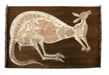 Rock wallaby – Djukerre, Dick Nguleingulei Murrumurru (1920-1988), Kunwinjku, West-Arnhem Land, around 1975.  Rock wallaby – Djukerre, Dick Nguleingulei Murrumurru (1920-1988); natural pigments on bark; Kunwinjku, West-Arnhem Land, around 1975; 58.5 x 91.5 cm; Coll. Photo: U. Didoni