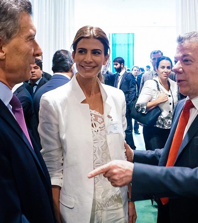 La primera dama acompañó al Presidente en viaje oficial, y su estilo volvió a llamar la atención de medios y mujeres. Mirá todos sus outfits.
