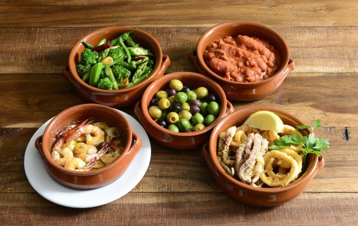 スペインのレガス社は1821年に創業した老舗陶器のブランドです。古くから陶芸の街として知られるカルターニュ州のブレダという街で、カスエラと呼ばれる素焼きの鍋や焼き皿を製造しています。カスエラとはスペイン語で鍋や鍋料理のことを言います。