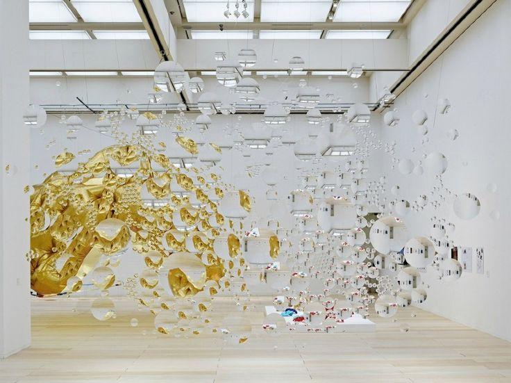 L'arte è uno specchio dei tempi e della società. E' questo il concetto alla base di questa bellissima installazione di Karuka Kojin composta da lenti piane e lenti concave che distorcono la percezione delle cose…al Museum of Contemporary Art di Tokyo.