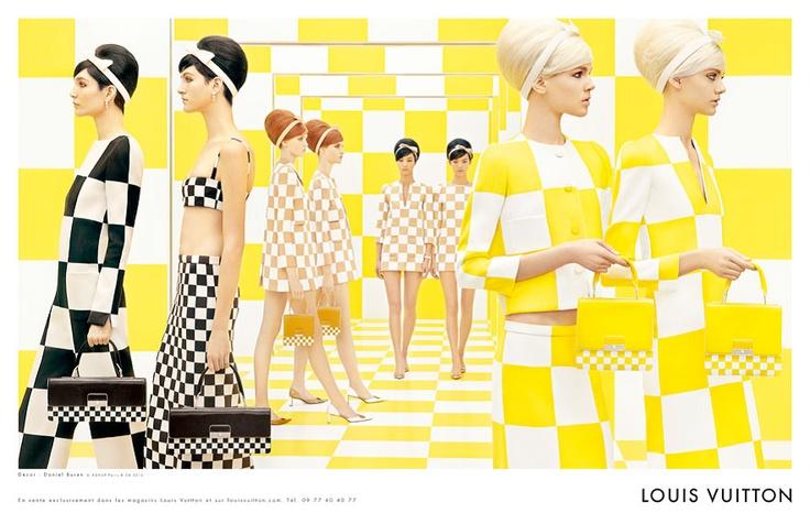 Primavera / Verano 2013 Louis Vuitton.  Una serie de fotografías caleidoscópicas. Obra del  artista Daniel Buren, inspiró a Marc Jacobs para esta colección.