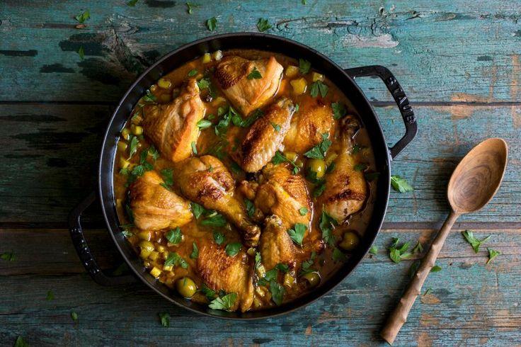 Hähnchen-Tajine mit Oliven und Rhabarber - Wer sich Oliven und Rhabarber nicht zusammen vorstellen kann, sollte dieses Rezept unbedingt einmal nachkochen und sich überzeugen lassen.