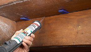 Satt Acryl- oder Dichtmasse (kein Silikon!) in den Spalt drücken.