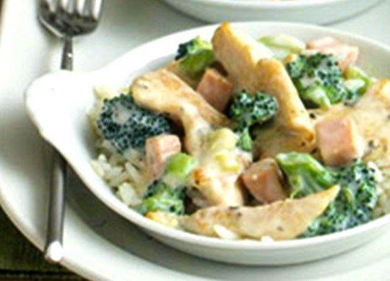 1 blikkie hoenderroom sop 65 ml suurroom 1 pakkie gevriesde broccoli 500 g hoenderborsies, in blokkies gesny 125 ml gerasperde chedder kaas Meng die sop en die suurroom. Spoel die hoender af onder …
