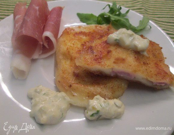 Жареный сыр с начинкой из бекона. Ингредиенты: ветчина, сыр, мука