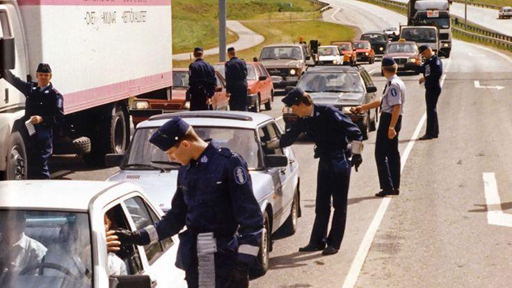 Poliisi puhalluttamassa kuljettajia liikenneratsiassa.
