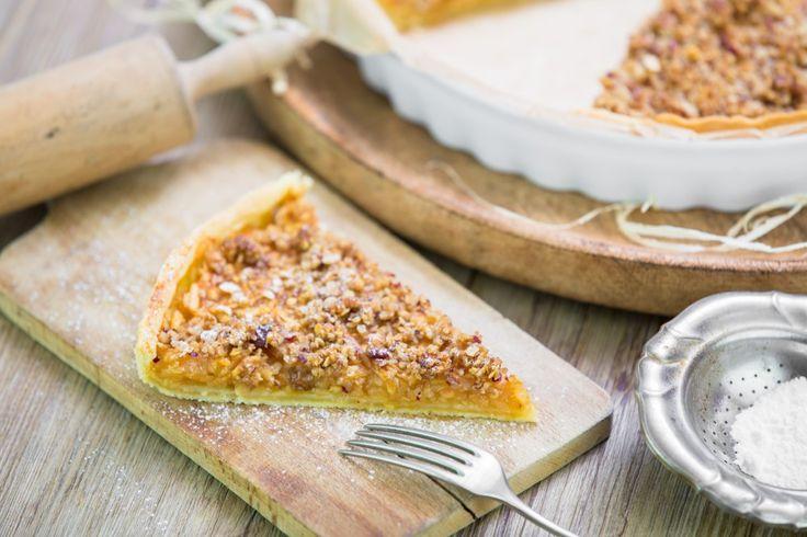Naprosto fantastický šťavnatý koláč z křehkého těsta s drobenkou z vlašských ořechů, jemných vloček, třtinového cukru a másla.