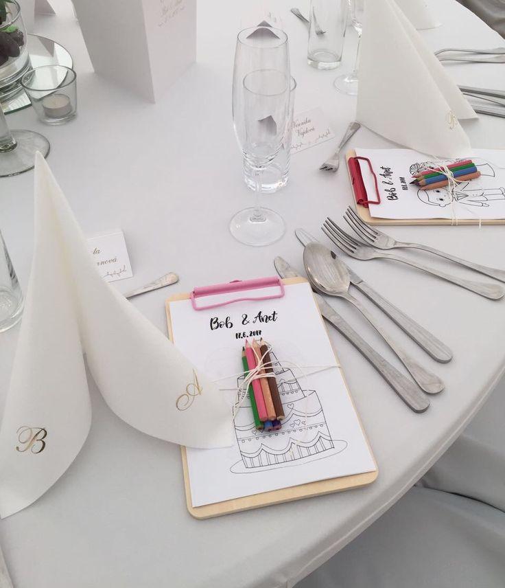 Aby se i děti zabavily na svatbě a u stolu, vytvořili jsme unikátní omalovánky.  Pastelky a stylová deska nesměly chybět. #děti na svatě #svatební omalovánky na míru #dětský koutek