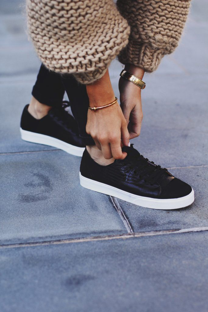 chunky knit cardigan, black sneakers street style