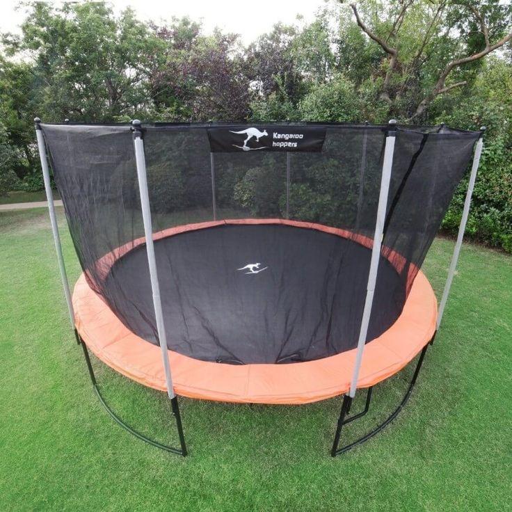 Hier ist ein großes Trampolin und robuste Sicherheitsnetze. Dieses Trampolin würde in jedem Hinterhof zu Hause Aussehen und ist gut für alle interessierten in das zusätzliche Element Spaß für ihren Hinterhof.