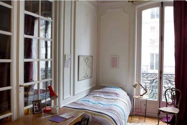 Une chambre d'ado décontractée Un mélange anti-conformiste de styles et d'objets donne une ambiance sympathique à cette chambre de jeune. Les moulures sont neutralisées par un blanc cassé qui renforce la luminosité de la pièce. Le rideau prune vient ponctuer cette blancheur et complèter les touches colorées de la couette. Sans formalité, cette pièce devient un lieu où il fera aussi bon étudier que se relaxer. Les couleurs Blanc Céleste et Prune de Damas sont utilisées dans cette pièce.