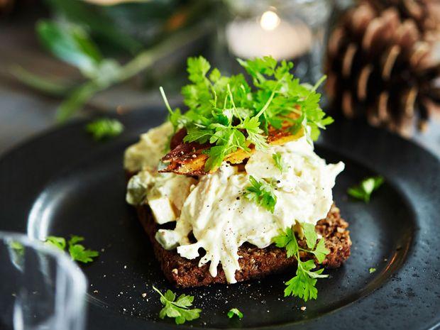 Hønsesalat med bacon, der har fået et frisk tvist af æble og bladselleri – det giver en dejlig sprødhed til den ellers cremede salat.
