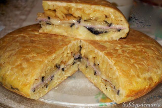 Tortilla rellena de berenjenas, queso y jamón cocido | Comer con poco
