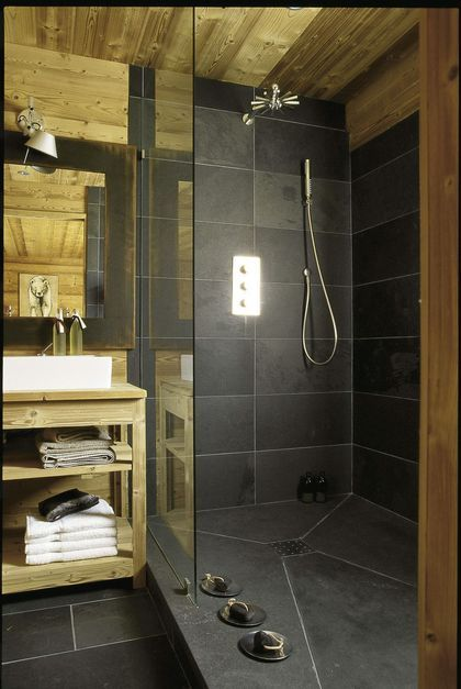 Salle de bains moderne et naturelle
