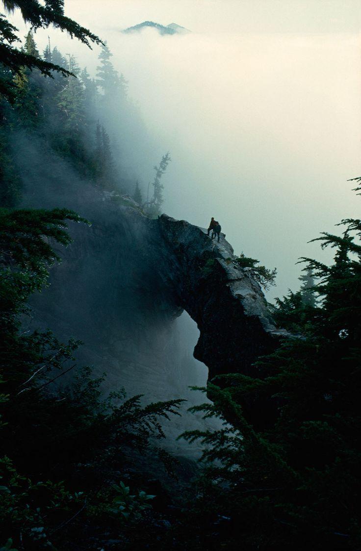 #6 Caminhantes ficam perto do topo de uma ponte natural de rocha em Mt. Rainier, Washington, maio de 1963.