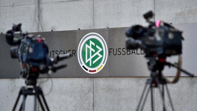 """Die Nachricht von peinlichen Indiskretionen in der WM-Affäre erwischte den möglichen neuen DFB-Chef beim Ortstermin mit Flüchtlingen in Berlin.""""Ich bedauere, dass Infos durchgestochen worden sind"""", sagte Präsidentschaftskandidat Reinhard Grindel, ..."""