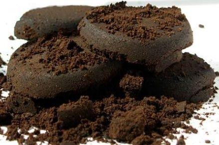 """In Italia, si stima che ogni anno, ogni cittadino consuma 6 kg di caffè e getta altrettanti fondi di caffè nella spazzatura: ma che errore!!! Sapete quante potenzialità ed utilizzi hanno i fondi di caffè e quale """"tesoro"""" state buttando via? In un periodo difficile e di crisi come il presente, è davvero uno spreco…"""