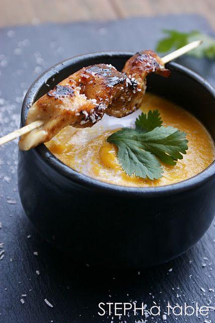 Salé - Velouté de carottes au lait de coco et coriandre fraîche, brochettes de poulet marinées au miel et citron. Ingrédients pour 6 pers. : 3 escalopes de poulet * 1/2 citron * 3 càs de miel * 1 peu de coco râpé *1 kg de carottes * ail * 2 oignons * 500 ml de lait de coco * 500 ml d'eau * 1 cube de bouillon de volaille * 2 càc de coriandre en poudre * 1/2 bouquet de coriandre fraîche * 2 càs d'huile d'olive * Sel, Poivre