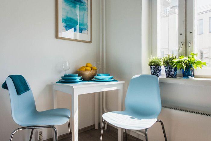 Даже на маленькой площади можно создать удобное и красивое пространстводля жизни. Как в этом проекте от дизайнера Анны Ковальченко. Главное отказаться от неиспользуемой мебели, только нужные вещи, яркие акценты, например в виде текстиля (плотные яркие шторы, подушки на диване) и конечно белый цвет, который поможет визуально расширить пространство и даст простор для творчества. Facebook ВКонтакте Далее