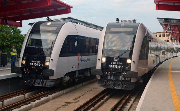 Linię Pomorskiej Kolei Metropolitalnej obsługują pociągi z bydgoskiej Pesy.