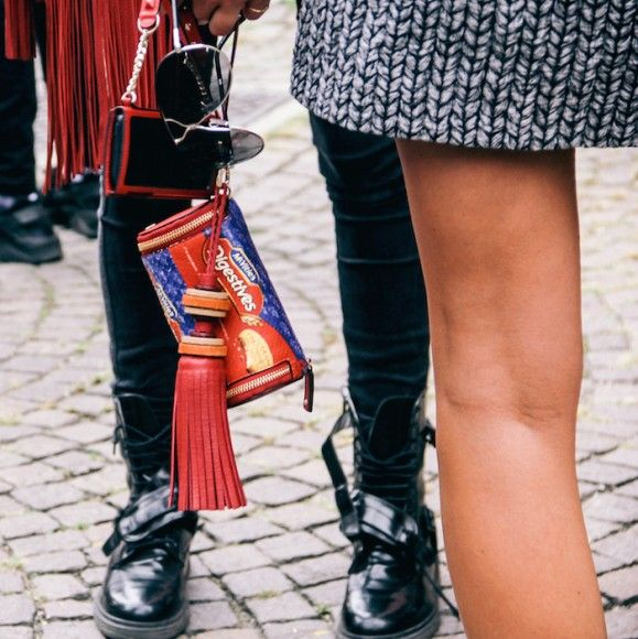 Street Style Details of Milan Fashion Week - Anya Hindmarch Digestives biscuits clutch