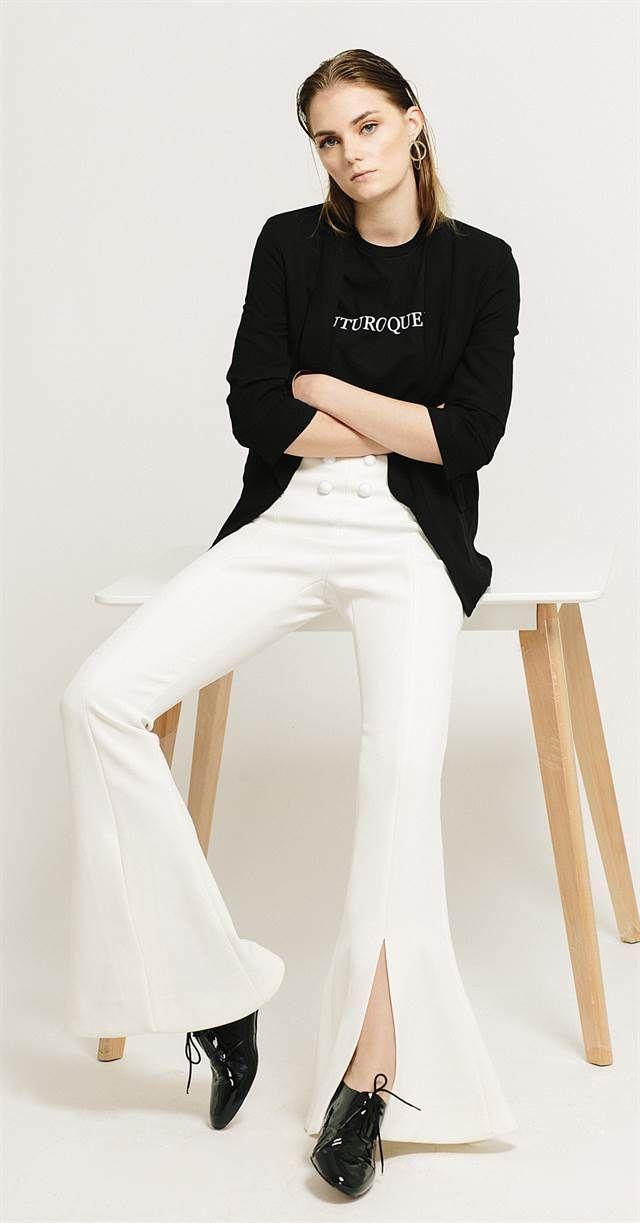 Neutro. Blazer de lino (Giesso, $ 7986), remera con estampa (Complot, $ 499), pantalón de tiro alto (Cher), zapatos de charol (Mishka, $ 3540), pulsera rígida y aro metálico (Uma, $ 850 y $ 790)