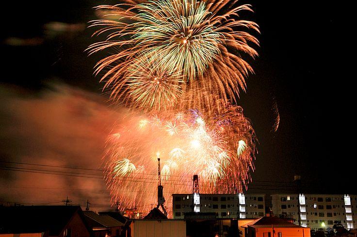 2013年8月5日(月) おはようございます!昨日は岡山県玉野市で開催された「玉野まつり」の花火大会に行ってきました。T様宅の屋上をお借りしての撮影大会。久し振りに一眼レフを持ち出して撮ってみました。約45分間で4000発もの花火が打ち上げられ、フィナーレがこの写真です。途中でレンズ交換までして再セットしたのに...凄すぎてフレームに収まっていません(汗)残りの写真は本日のブログでご紹介いたします☆  それでは、今日も皆様にとって良い1日になりますように(^^ 【加古川・藤井質店】http://www.pawn-fujii.jp/
