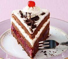 """Çikolatalı pastalar çok sevilir. Hele bu Alman mutfağının ünlü tadı karaorman pastasıysa. (Almanca adı """"Schwarzwälder Kirschtorte"""") Adını Almanya'nın"""
