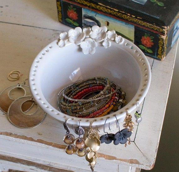 En stock y listos para enviar!  Organizador de la joyería! Sostenedor del pendiente, tazón de cerámica con flores. Boho Flora pendiente/joyería